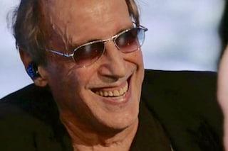 Adriano Celentano tradito dal gobbo, perde il filo del discorso e dimentica la canzone