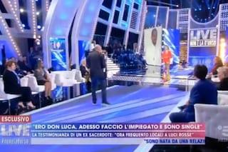 """Live – Non è la D'urso, Paolo Brosio lancia dell'acqua santa ad Abbate: """"È acqua di Madre speranza"""""""