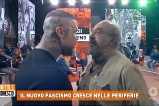 """Lite a Dritto e Rovescio, romano provoca la Fagnani e Vauro scatta: """"Fascista, minaccia una donna"""""""