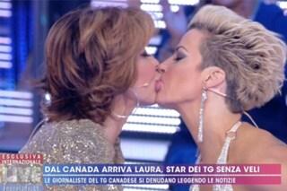 Il bacio hot tra Milly D'Abbraccio e Laura Desiree a Live - Non è la D'Urso