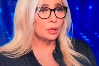 """La gaffe di Mara Venier: """"Mio marito è normale, che c'entra con i gay?"""", poi si corregge"""