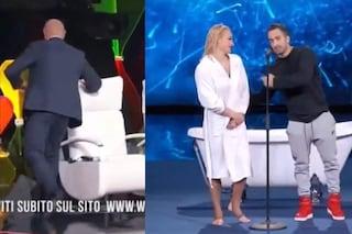 """Rudy Zerbi corteggia una concorrente fidanzata: """"Non sono geloso"""" ma il compagno irrompe sul palco"""