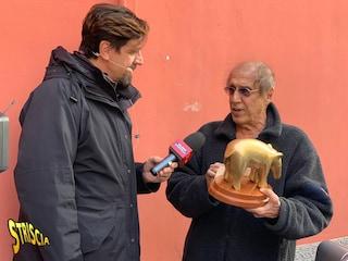 Adriano Celentano riceve il Tapiro d'oro da Valerio Staffelli