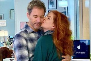 """""""È l'ultima stagione di Will & Grace"""", l'annuncio di Debra Messing in una foto con Eric McCormack"""