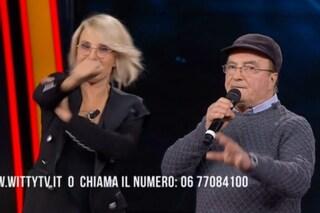 Maria De Filippi fa il gesto dell'ombrello a Rudy Zerbi, dal pubblico parte la standing ovation