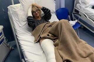 """Luciana Littizzetto scherza dopo l'operazione e mostra il gesso: """"Che stacco di coscia, eh?"""""""