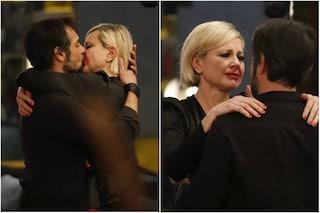 Antonella Elia bacia con passione il compagno Pietro Delle Piane, l'effetto Joker impazza