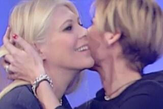 """Eleonora Daniele è incinta, a UnoMattina l'abbraccio in diretta con Valentina Bisti: """"Complimenti"""""""
