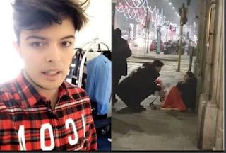 Il Natale diverso di Stash, il cantante porta doni ai senzatetto in giro per la città