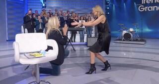"""Mara Venier chiede scusa a Irene Grandi mettendosi in ginocchio: """"Ho detto una stupidata"""""""