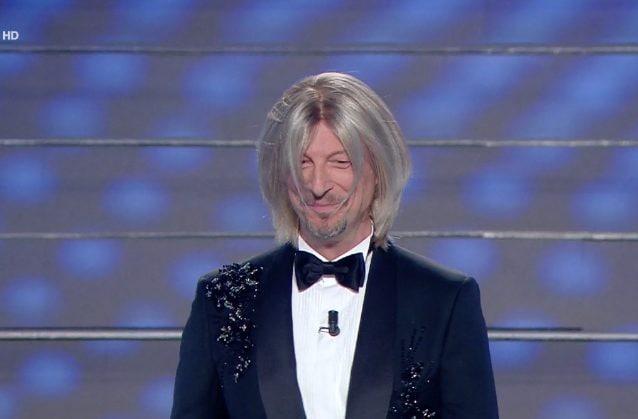 Amadeus alla finale di Sanremo 2020 con la parrucca di Maria De Filippi