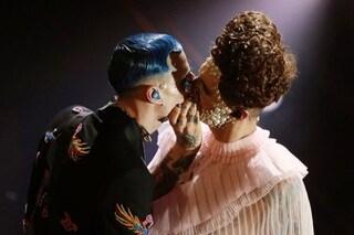 Perché Achille Lauro ha baciato il suo chitarrista a Sanremo e la reazione della moglie