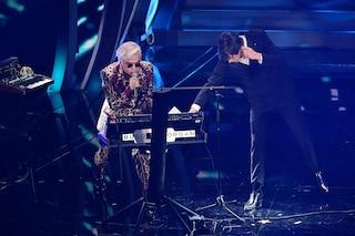"""Cosa ha cantato Morgan contro Bugo a Sanremo: """"Fai ciò che vuoi mettendo i piedi in testa"""""""