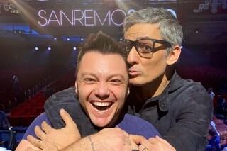 """Tiziano Ferro abbraccia Fiorello, archiviata la lite a Sanremo 2020: """"Fatevi una risata"""""""