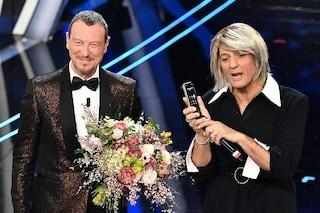 """Fiorello travestito da Maria De Filippi, la conduttrice chiama in diretta: """"Sei ancora più bello"""""""