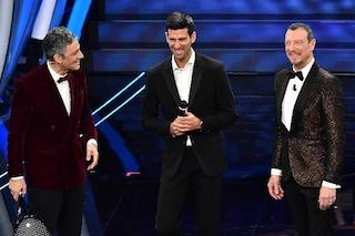 Novak Djokovic a Sanremo 2020 canta 'Terra promessa' con Fiorello e Amadeus