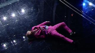 """Ghali cade dalle scale dell'Ariston, l'entrata ad effetto """"terrorizza"""" il pubblico di Sanremo"""
