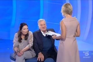 """""""È un'estranea"""": Aldo rifiuta la figlia Silvana ma la compagna lo convince a riabbracciarla"""