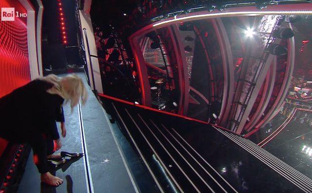Mara Venieri arriva alla finale di Sanremo 2020 e scende la scalinata senza scarpe