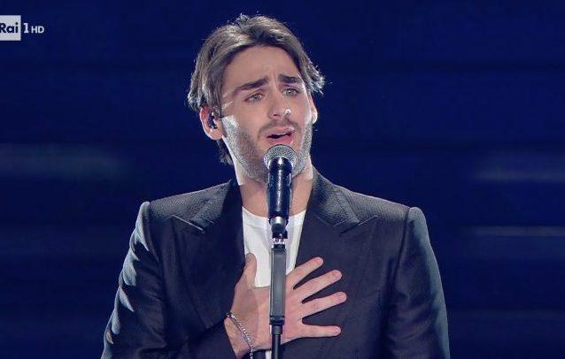 """Alberto Urso canta """"Il sole ad Est"""" a Sanremo 2020"""