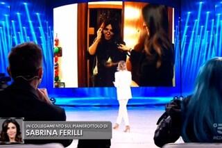 """Maria De Filippi smaschera Sabrina Ferilli, Amici 2020 a casa della star: """"Non ci guardi, bugiarda"""""""