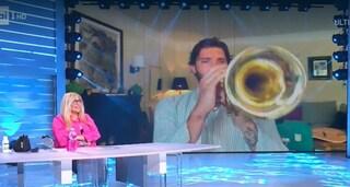 """Stefano De Martino suona la tromba in playback, la Venier: """"Non sapevo fossi un suonatore di tromba"""""""
