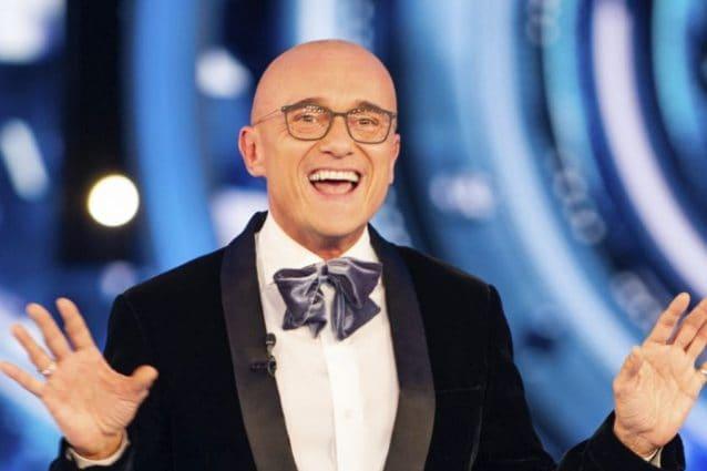 Alfonso Signorini, con gli abiti adatti per un capodanno al GF Vip