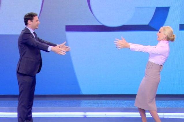 """Federica Panicucci torna a Mattino Cinque: """"Fase 2, sono felice"""", l'abbraccio a distanza con Vecchi"""