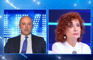 "Alda D'Eusanio multata: ""La mascherina era rotta"", Gianluigi Nuzzi: ""Te la sei strappata all'uscita"""