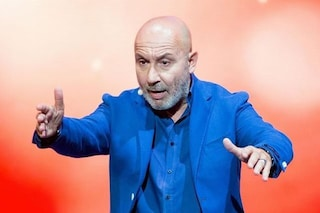 """Maurizio Battista torna in tv con """"Poco di tanto"""" e la comicità fa un salto nel passato"""