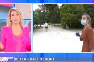 Incidente in diretta a Pomeriggio5, uomo si cala i pantaloni di fronte all'inviata di Barbara D'Urso