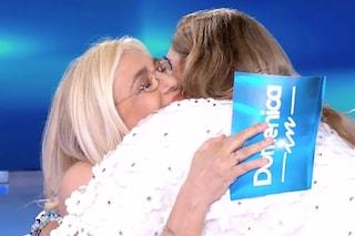 """Romina Power abbraccia Mara Venier ricordando Taryn: """"Non è giusto che mia sorella sia morta"""""""