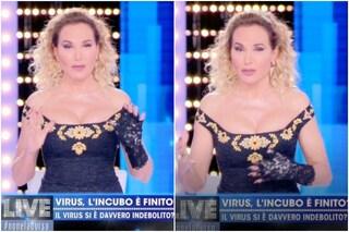 """Barbara D'Urso in diretta con il guanto dopo l'ustione: """"Ultima puntata di Live, un po' mi dispiace"""""""