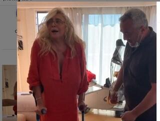 """Mara Venier torna a camminare a un mese dall'infortunio: """"Dopo 32 giorni mi rimetto in piedi"""""""