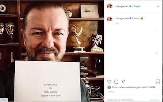 After Life 3 è in lavorazione: Ricky Gervais mostra sorridente il primo episodio