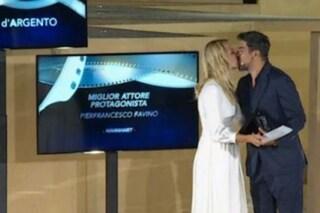 """Il bacio di Anna Ferzetti e Pierfrancesco Favino ai Nastri d'Argento 2020: """"Facciamo la rivoluzione"""""""