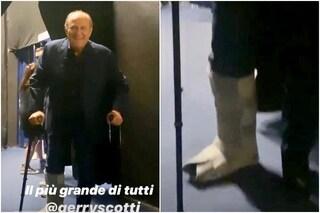 Gerry Scotti con le stampelle e il tutore alla gamba alle prove di Tu sì que vales