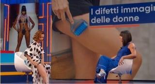 """Andrea Delogu mostra gli inestetismi della cellulite in diretta: """"Il corpo ci capita, accettiamolo"""""""