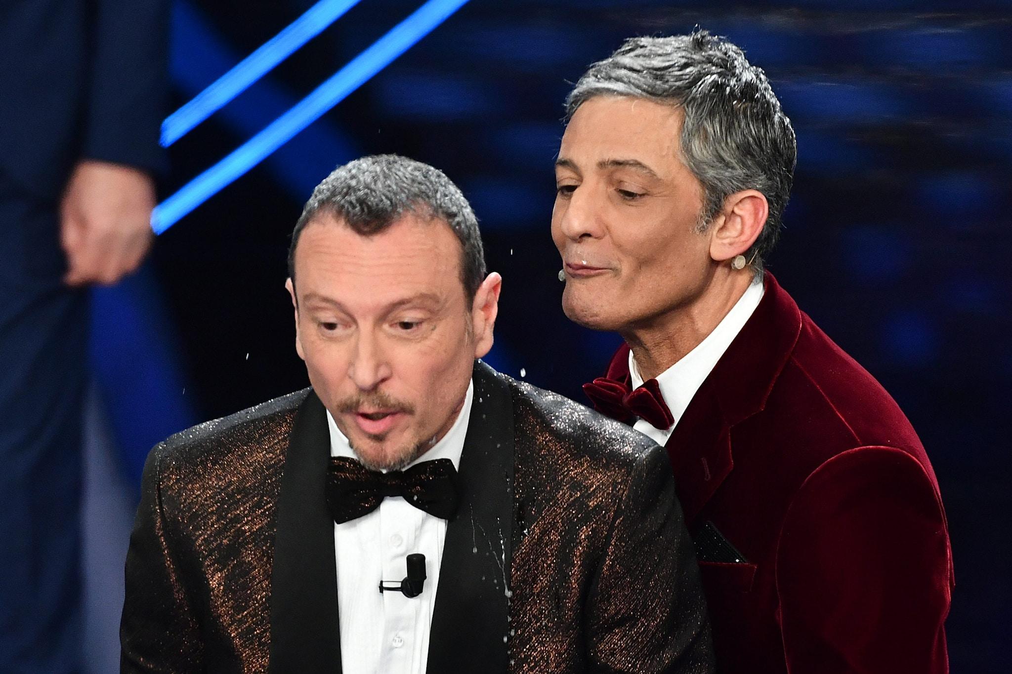 Fiorello sputa l'acqua sul collo ad Amadeus – Sanremo 2020