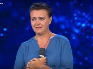 """Elisabetta canta Donna di Mia Martini e si commuove: """"Parla di donne violate e io sono una di quelle"""""""