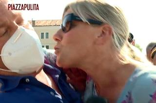 """La deputata Cunial tenta di baciare l'inviato di Piazzapulita senza mascherina: """"Non la uso mai"""""""