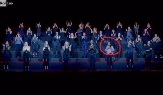 Nel cerchio rosso la stessa donna presa come riferimento nella foto principale. In questo caso non ci sono doppioni, cosa che dimostra che si tratta di un'inquadratura reale e svela la popolosità del gruppo.
