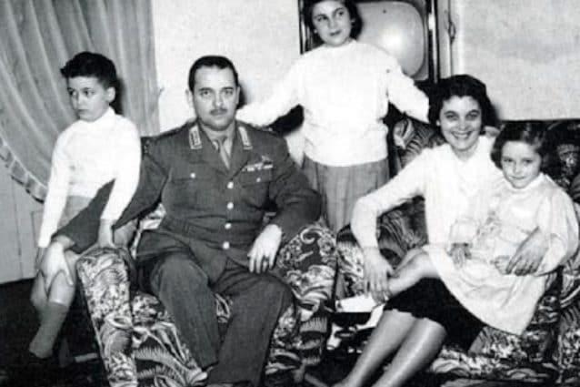 Carlo Alberto dalla Chiesa con la moglie Dora Fabbo, deceduta nel 1978, e i figli Nando, Rita e Simona