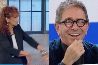 """Anna Mazzamauro contro Pino Strabioli, gag in diretta: """"Non dico cosa sei perché siamo in diretta"""""""