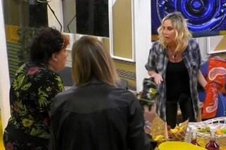 """Patrizia De Blanck contro Stefania Orlando: """"Hai rotto, sei un incubo"""", la lite poi le lacrime"""