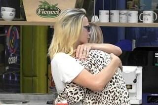 """GFVip, Stefania Orlando e Matilde Brandi fanno la pace: """"Dammi un bacio"""""""