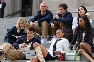 La prima foto dal set di 'Gossip Girl', il cast sugli stessi gradini di Serena e Blair