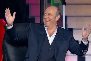 Gerry Scotti torna in tv dopo il ricovero, in piedi il pubblico di Tu sì que vales