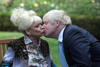 Barbara Windsor è morta a 83 anni, addio alla dama della tv amata anche da Boris Johnson
