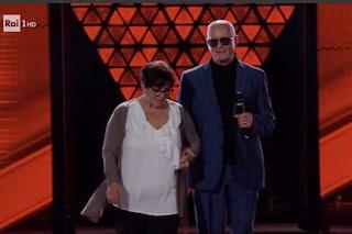 """A The Voice Senior Gennaro conquista la giuria: """"Cieco dalla nascita, mia moglie è la mia luce"""""""